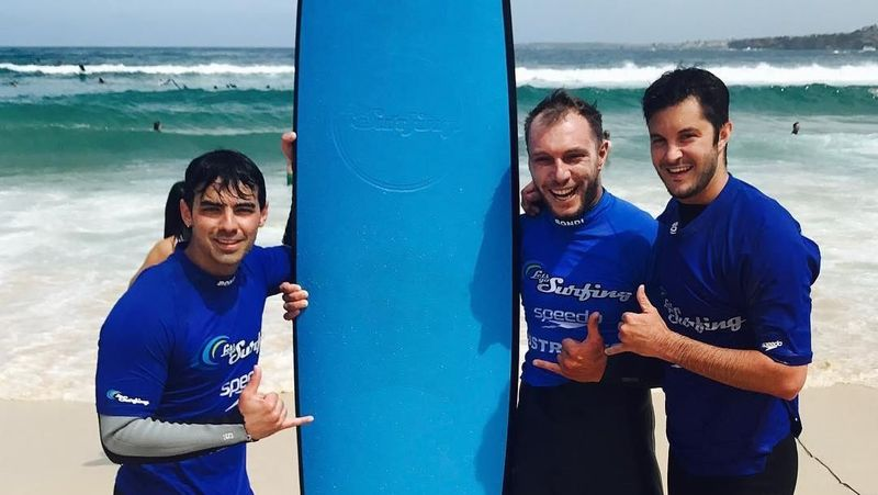 Di sela syuting The Voice Australia, penyanyi Joe Jonas berkunjung ke Pantai Bondi di Sydney, Australia (joejonas/Instagram)