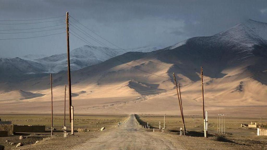 Jalanan Tertinggi Kedua Dunia yang Menembus Awan