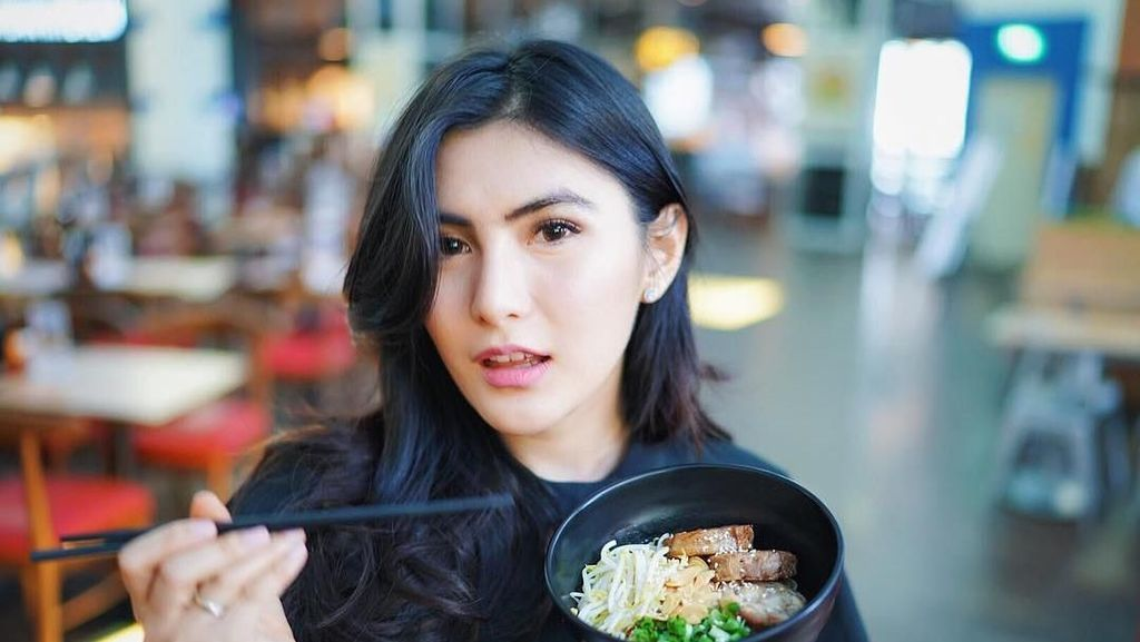 Gemar Makan Petai dan Makanan Jepang, Ini Momen Angela Lee Bersama Makanan