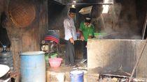 Gus Ipul ke Sentra Tempe Sanan: Terjang Asap, Ikut iris Bahan Keripik