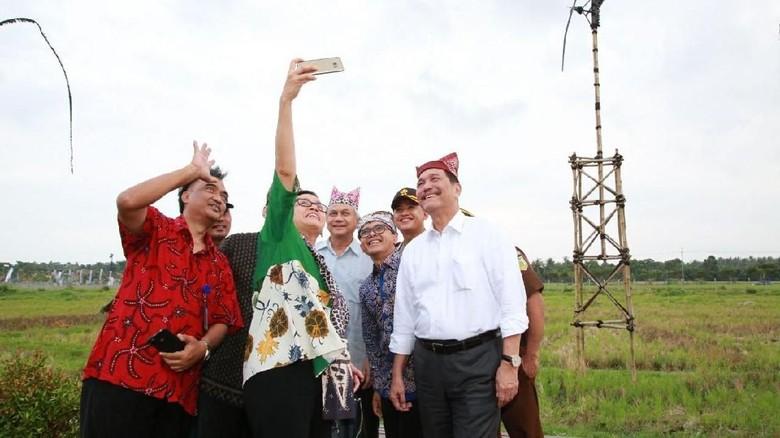 Tinjau Bandara Banyuwangi, Luhut dan Sri Mulyani Sempatkan Selfie