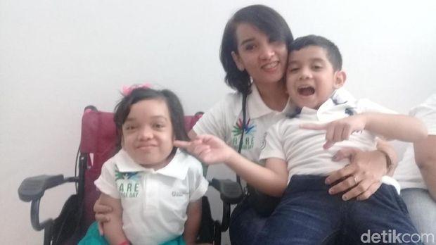 Rachel (kiri) bersama Sefrina, ibunya (tengah), dan Robi, adiknya (kanan)
