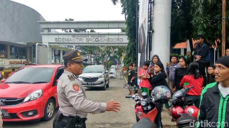 Polisi Bubarkan Warga yang Tunggu Hujan Duit di Kuningan