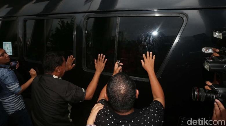 Wali Kota Kendari Ditahan KPK, Pendukung Histeris