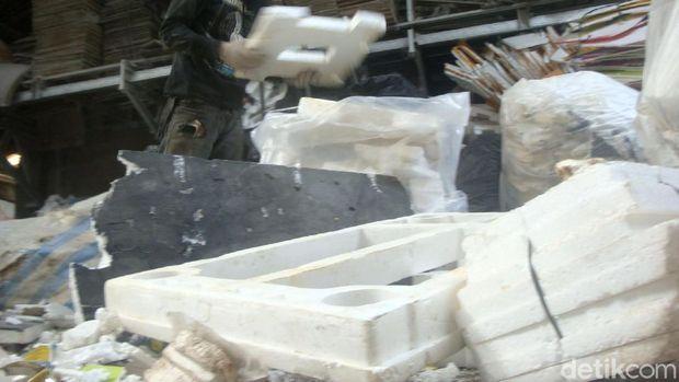 Pembuatan bata interlock dari campuran limbah styrofoam.
