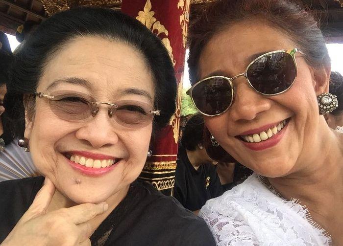 Dalam foto itu, Susi yang mengenakan atas putih dan Megawati yang mengenakan atasan hitam tampak tersenyum lebar. Dok. Kementerian KKP.
