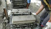 Melihat Pembuatan Bata Interlock dari Campuran Styrofoam di Banyumas