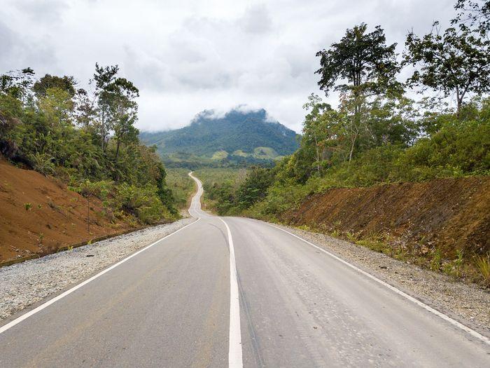 Salah satu jalan paralel perbatasan menuju PLBN (Pos Lintas Batas Negara) Badau di Provinsi Kalimantan Barat yang berbatasan langsung dengan Serawak, Malaysia. Foto: Dok PUPR/Ditjen Bina Marga