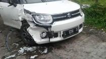 Makan Badan Jalan, Dua Mobil Ini Rusak Bertabrakan