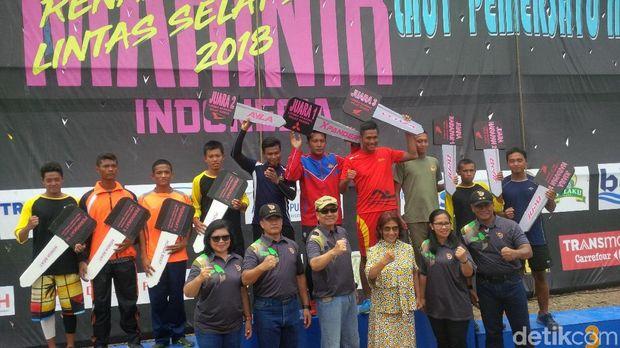 KSAL dan Menteri Susi dalam acara penutupan lomba renang dan dayung menyeberangi Selat Sunda