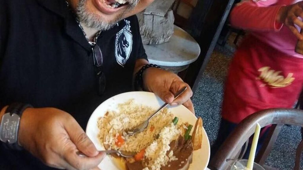 Wah Asyiknya! Doyan Makan Indro Warkop Selalu Berpose dengan Makanan