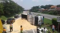 Truk Isi Bungkil Terguling, Lalin Tol Merak-Tangerang Macet 4 Km