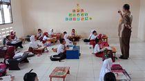 Tak Ada Kursi, Siswa SDN di Kalimantan Utara Ini Belajar di Lantai