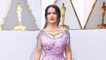 Lihat Gaya Glamor Salma Hayek Pakai Gaun Bergantung Berlian di Oscars 2018