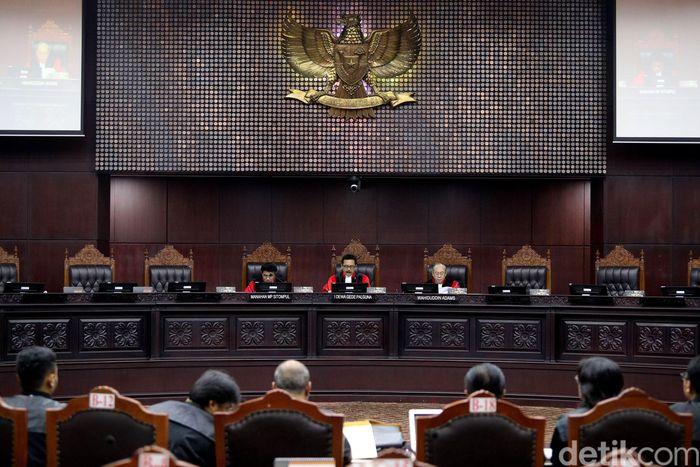 Mahkamah Konstitusi (MK) saat menggelar sidang Pengujian UU No. 19 Tahun 2003 tentang Bahan Usaha Milik Negara (UU BUMN) di Jakarta, Senin (5/3/2018).