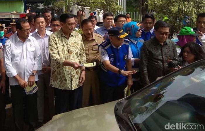 Menteri Koordinator bidang Kemaritiman Luhut Binsar Pandjaitan dan Menteri Perhubungan Budi Karya Sumadi meninjau Pintu Tol Bekasi Barat 1 jelang penerapan aturan ganjil genap.