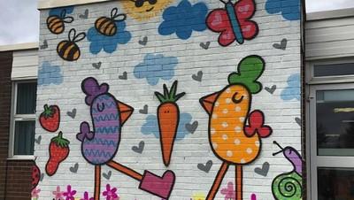 Ibu dan Anak Ini Kompak Banget Saat Berurusan dengan Grafiti