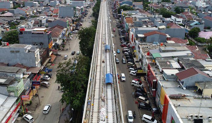 Ini adalah penampakan jalur LRT di sisi Kelapa Gading Boulevard. Daerah ini merupakan titik awal dari total panjang jalur yang dioperasikan Agustus nanti sepanjang 5,8 km. Pool/Wijaya Karya.