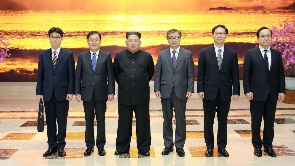 Foto: Momen Bersejarah Kim Jong-Un Temui Pejabat Korsel