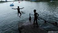 Serunya Anak-anak Berenang di Danau Sunter