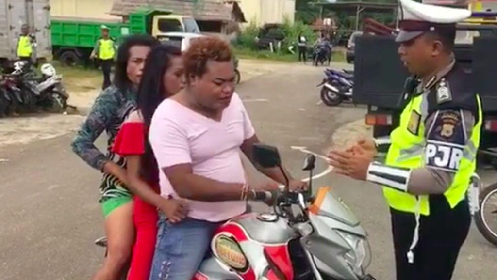 Pak Polisi Tilang Pemotor Ini, Manggilnya Pak atau Mbak?