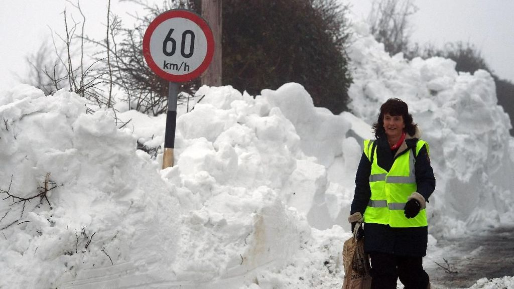 Foto: Dahsyatnya Badai Emma dan Gunung Salju di Jalanan Irlandia