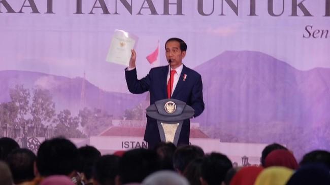 Jokowi bagi-bagi sertifikat tanah. Foto: Andhika Prasetia/detikcom