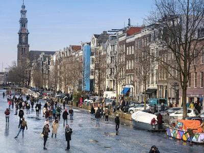 Saat Warga Amsterdam Main Ice Skating di Atas Sungai