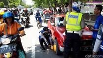 Parkir Sembarang, Roda 8 Mobil di Surabaya Digembok Petugas Dishub