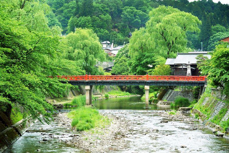 Kota Takayama, bernuansa alam di Jepang dikelilingi Pegunungan Alpen Jepang. Di sini banyak bangunan bergaya Edo, sungai-sungai jernih, pasar tradisional, dan juga kuli Budha bersejarah yang berada di hutan pinus yang cantik. Pemandangan alam di sini oke banget! (Thinkstock)