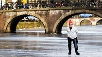 Foto: Gara-gara Cuaca, Main Ice Skating di Atas Sungai