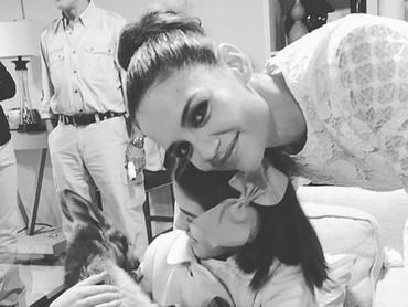 Hmm, Suri lagi memeluk apa sih Bunda Katie? Happy banget. He-he-he. (Foto: Instagram/ @katieholmes212)