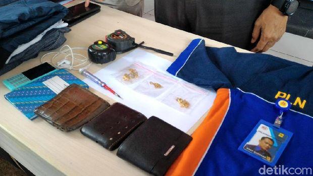 Sejumlah barang bukti yang diamankan polisi.