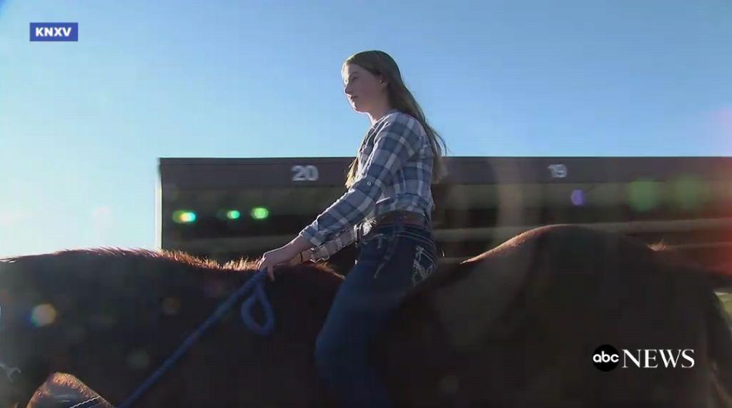 Foto: Unik! Gadis Ini Naik Kuda untuk Pesan Kopi di Drive-Thru