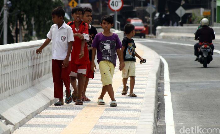 Anak-anak melintas di trotoar yang ada di Flyover Bintaro Permai, Selasa (6/3) kemarin.
