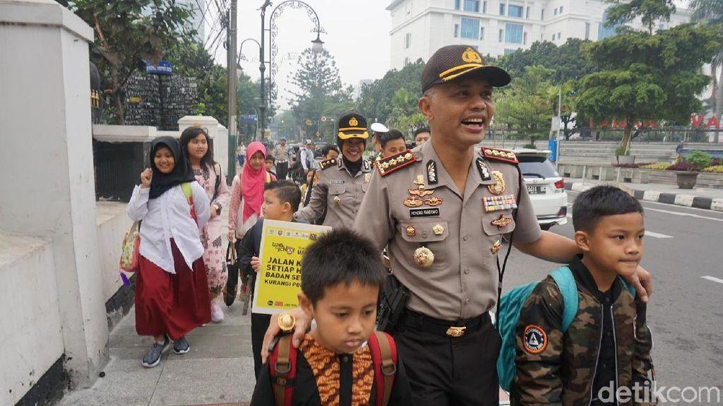 Operasi Keselamatan, Polisi di Bandung Antar Siswa ke Sekolah