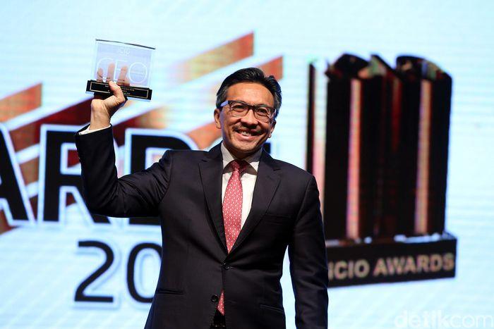 Tigor M Siahaan menunjukkan penghargaan yang diterimanya di Jakarta, Rabu (7/3/2018).