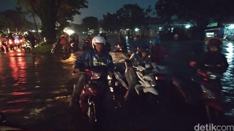 Banyak Motor Mogok Saat Terobos Banjir di Bandung Timur