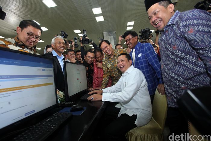 Ketua DPR Bambang Soesatyo mengisi pelaporan SPT.