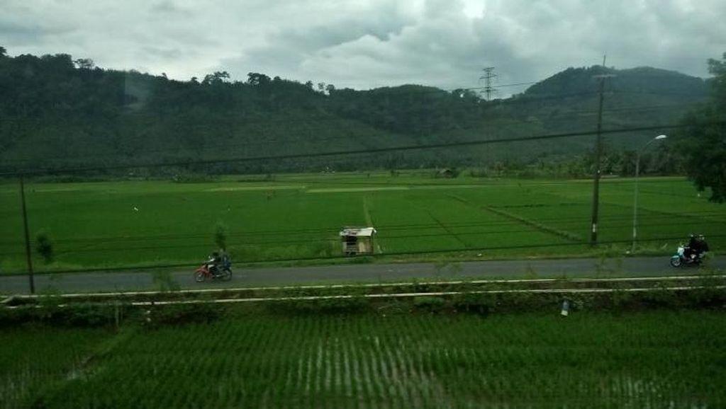 Pemandangan Jalur Kereta Banjar-Kroya yang Bikin Kangen