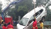Mobil Masuk Sungai Citepus Bandung, Pengendara Terluka