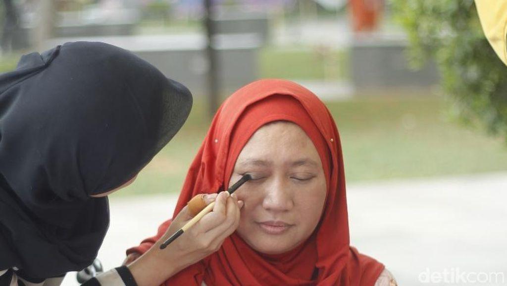 Cerita Hijabers yang Ajarkan Make Up Untuk Wanita Difabel