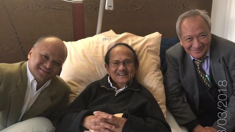 Kondisi Membaik, BJ Habibie Masih Jalani Pemeriksaan di Munchen