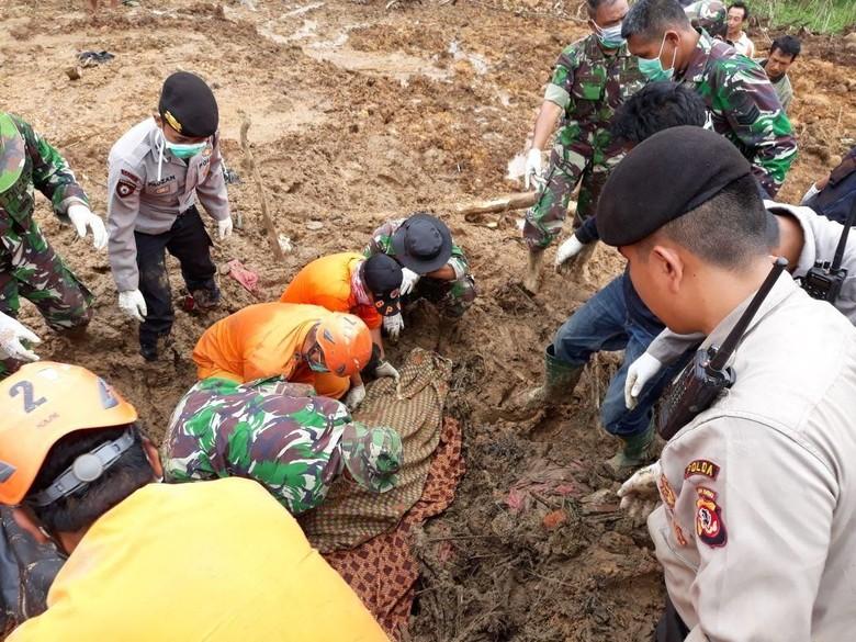 Ibu Rumah Tangga Tertimbun Longsor di Bandung Barat Ditemukan