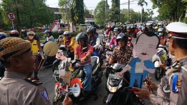Gunakan Wayang Kulit, Cara Unik Operasi Keselamatan di Jombang