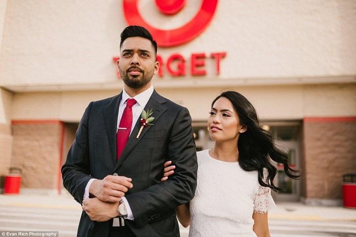 Michael Delvalle dan Isabella Sablan menikah pada 26 Januari lalu. Karena tidak diizinkan membuat acara resepsi di supermarket, akhirnya mereka memilih untuk membuat foto pernikahannya saja. Foto: evanrphotography