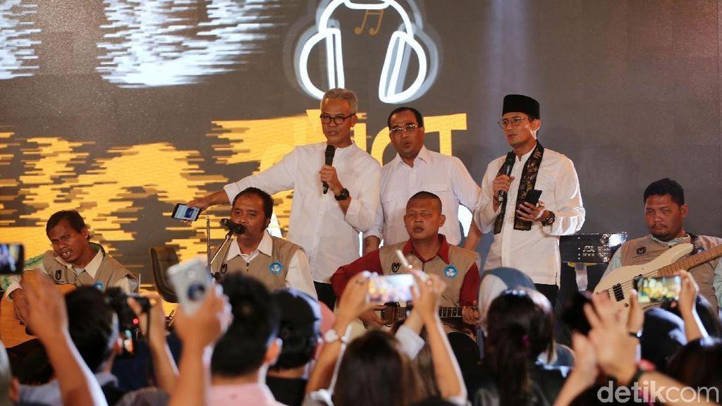 Naik ke Panggung, Sandiaga Uno Duet Bareng Talkback Band di dHOT Music Day