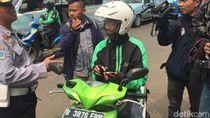 Polisi Tegur Pemotor yang Pakai GPS Saat Nyetir di Jatinegara