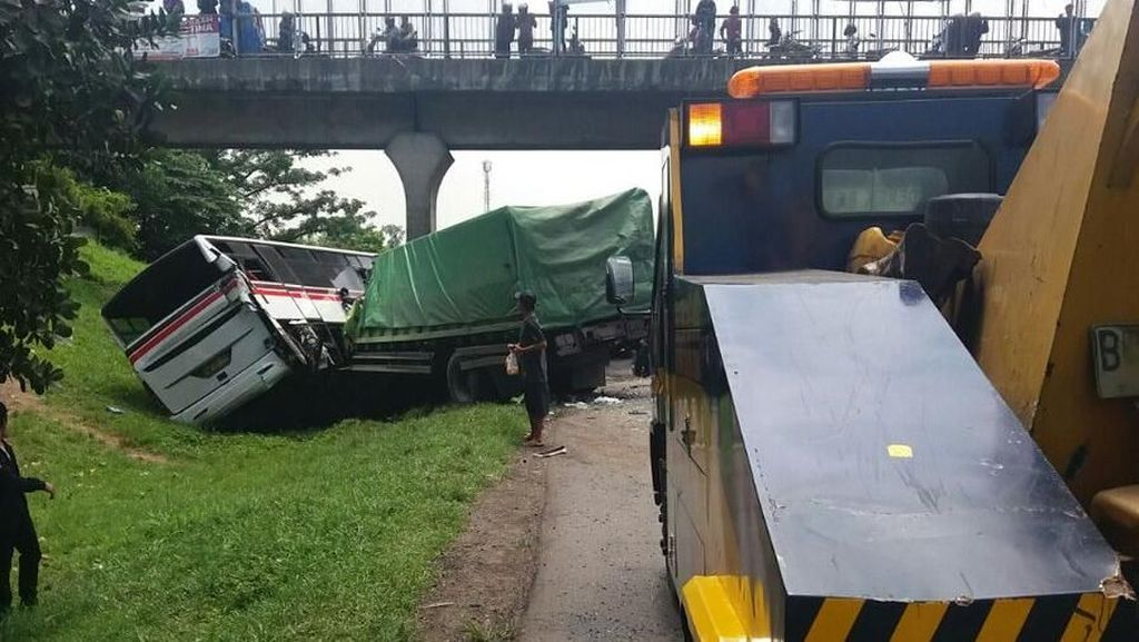 Kecelakaan Bus Vs Truk di Tol Cikampek, Polisi: Tak Ada Korban Jiwa