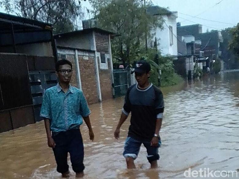 Hindari Jalan Cingised Bandung, Ketinggian Banjir Masih Selutut